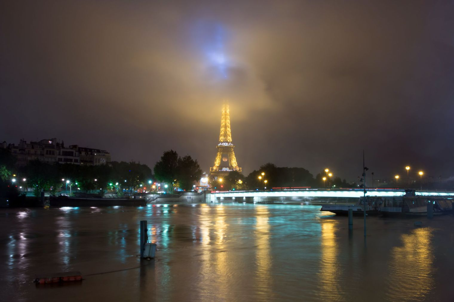 tour-eiffel-crue-seine_5609219_AFP PHOTO Laurent Kalfala (030616)